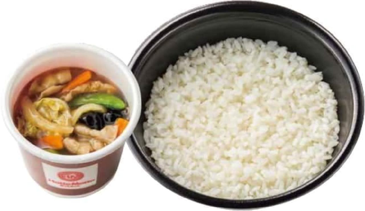 中華あんかけごはんは、温かい野菜のあんをごはんにかけて味わう一品