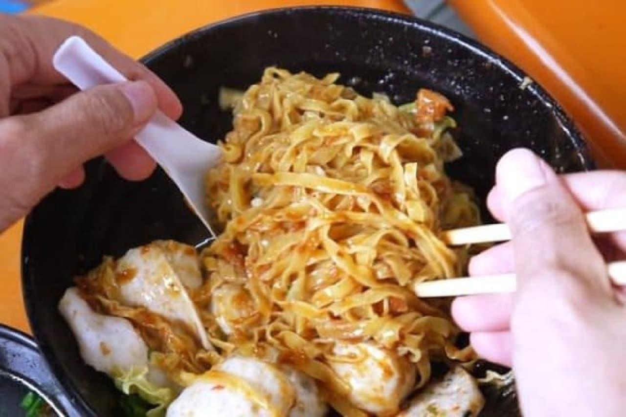 シンガポールのFishball Noodles(フィッシュボール ヌードル/Fishball Mee という場合もあり)