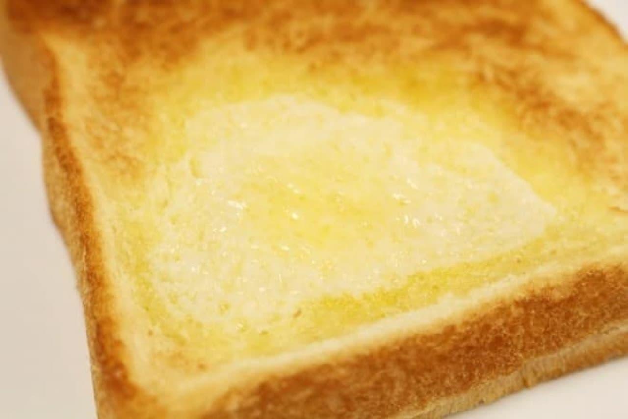 トーストを焼く前にバターをのせる