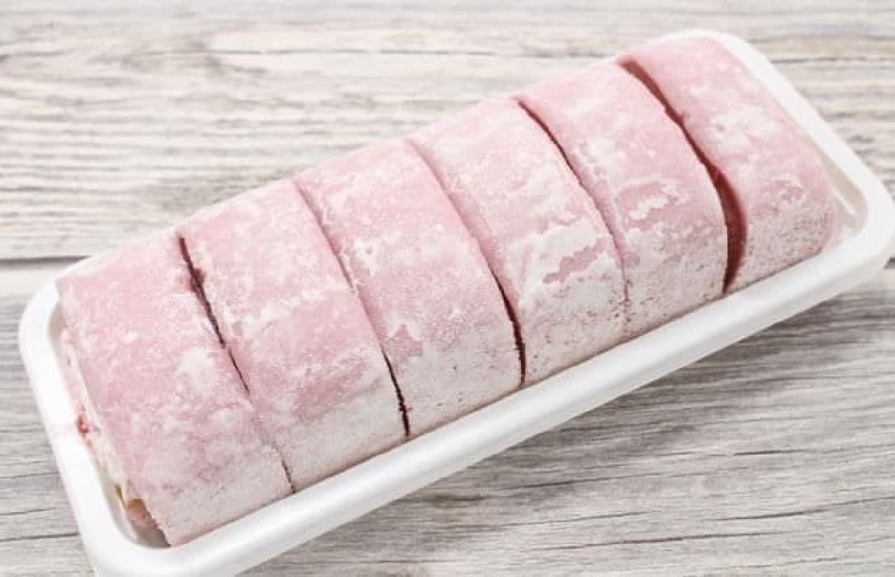 「お餅で巻いたもち食感ロール(いちごミルク)」は、もちもちのスポンジを使ったロールケーキをさらに求肥生地で巻いたスイーツ