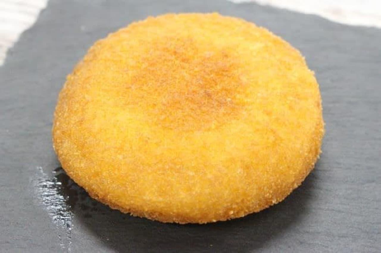 """「いももち(チーズ)」は、じゃがいもで作られた""""いももち""""でカマンベールチーズが使用されたフィリングを包んだホットスナック"""