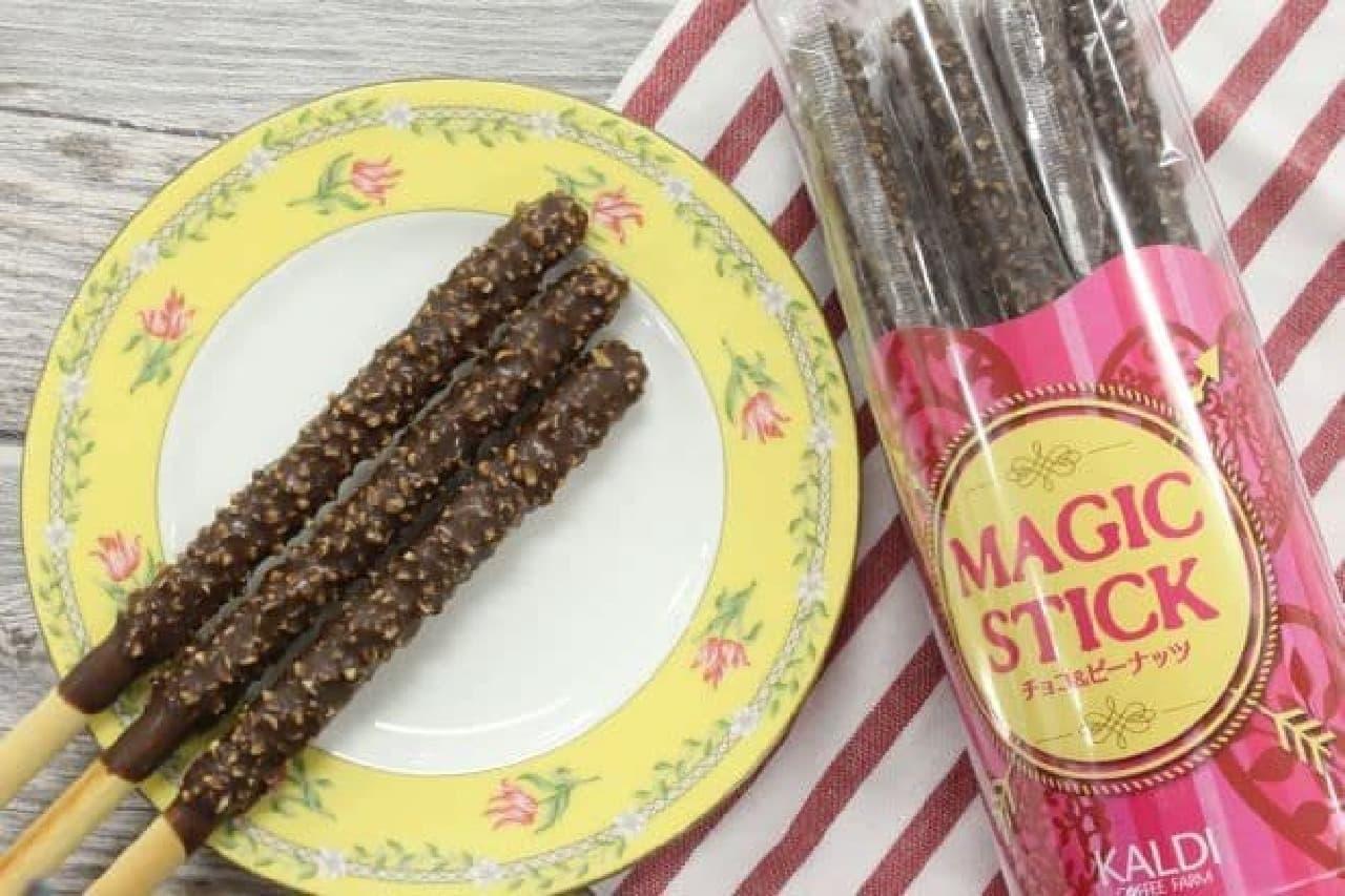 「マジックスティック チョコ&ピーナッツ」は、砕いたピーナッツがトッピングされたロングサイズのチョコプレッツェル