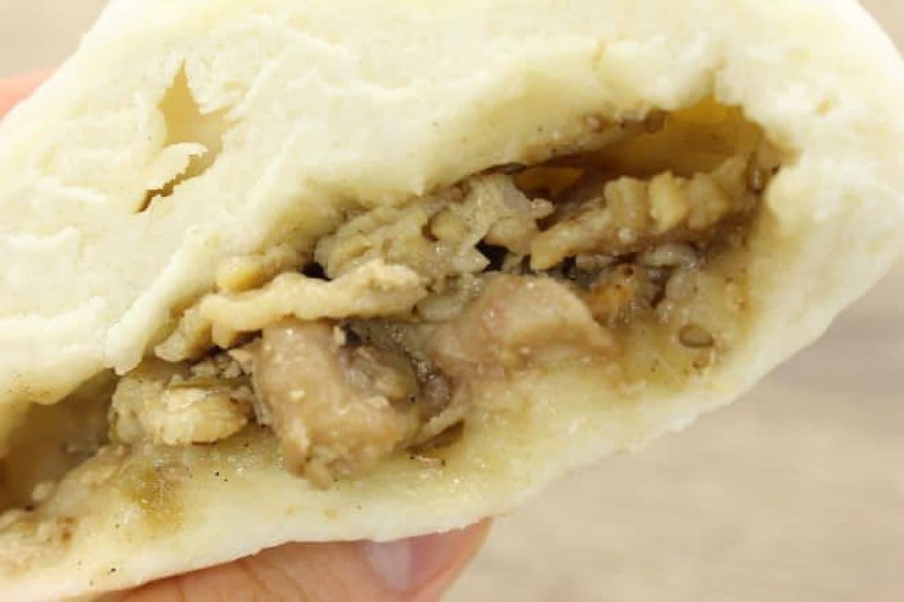 「炭火焼豚カルビまん(ネギ塩だれ)」は、炭火でじっくり焼いた豚肉が包まれた中華まん