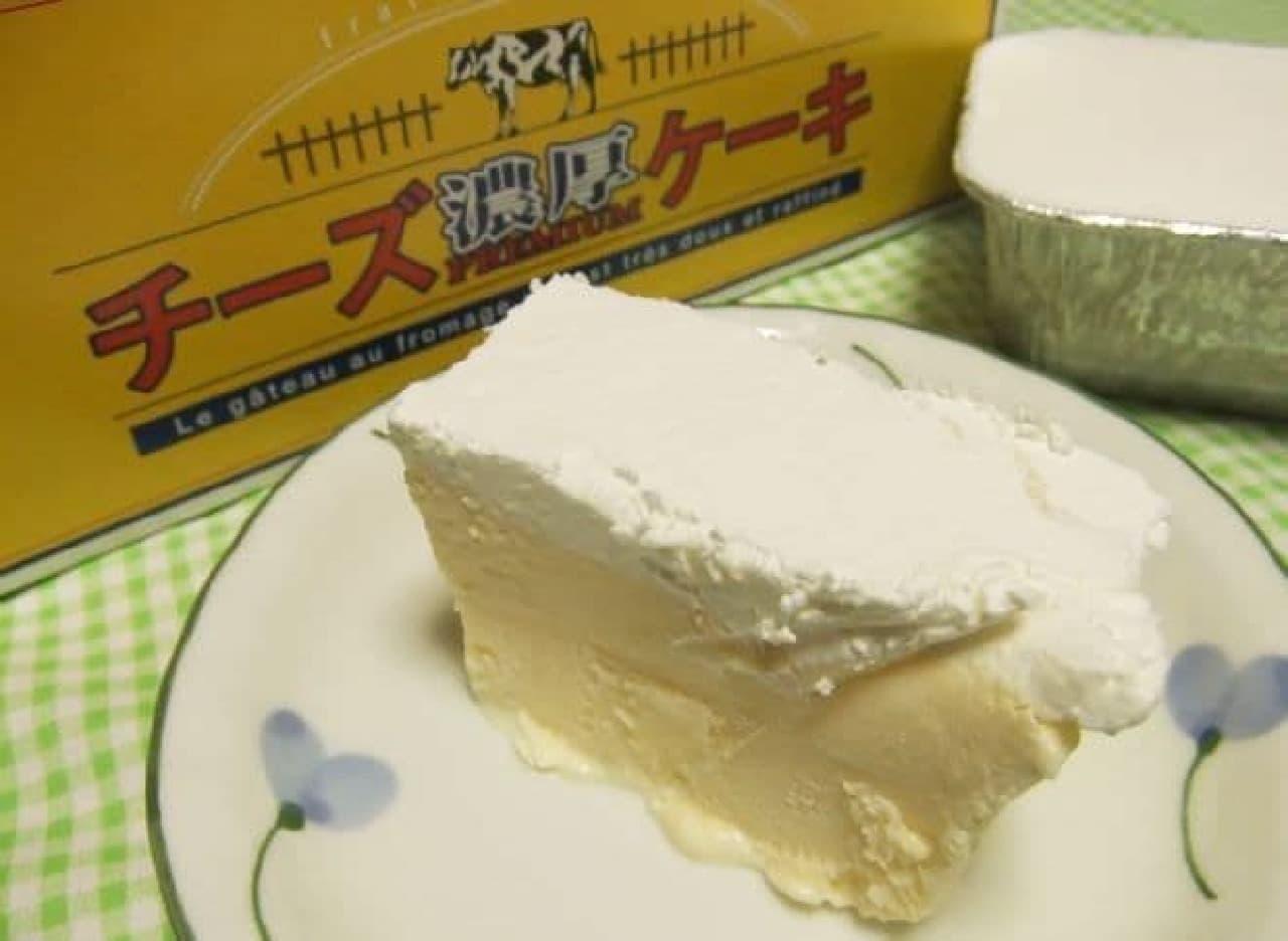 「濃厚チーズケーキ」は、ふわふわの生クリームとクリームチーズ、2層構造で作られたチーズケーキ