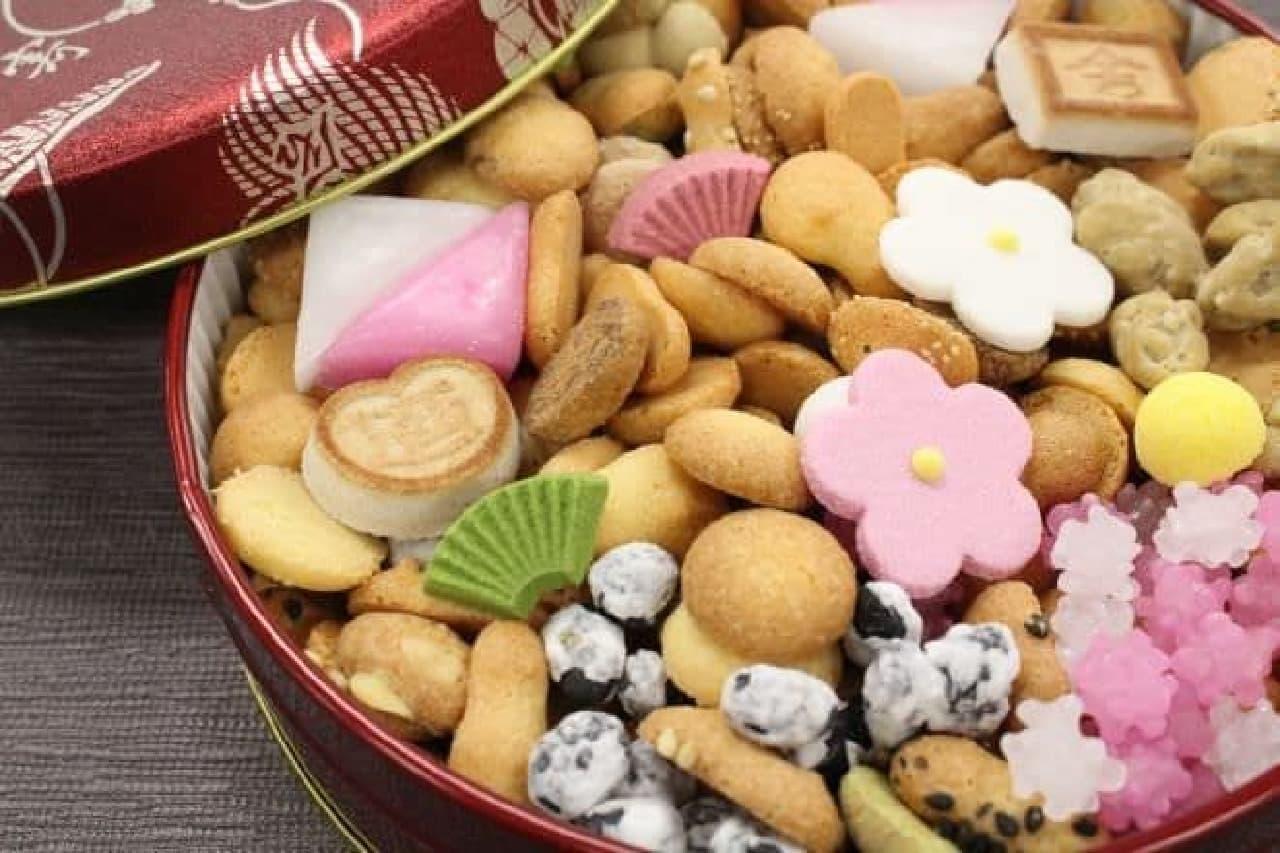 「銀座 菊廼舎(きくのや)」の「冨貴寄(ふきよせ)」は、小さな干菓子が約30種類詰められたセット