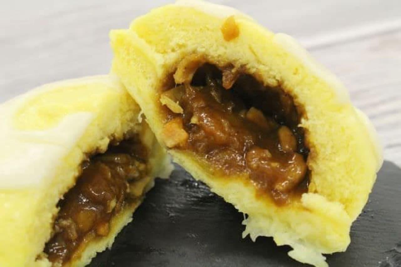 じゃぱりまん チーズカレーは、香りよく炊き上げたカレーにトッピングで人気のチーズを混ぜ、黄色い生地で包んだ一品。