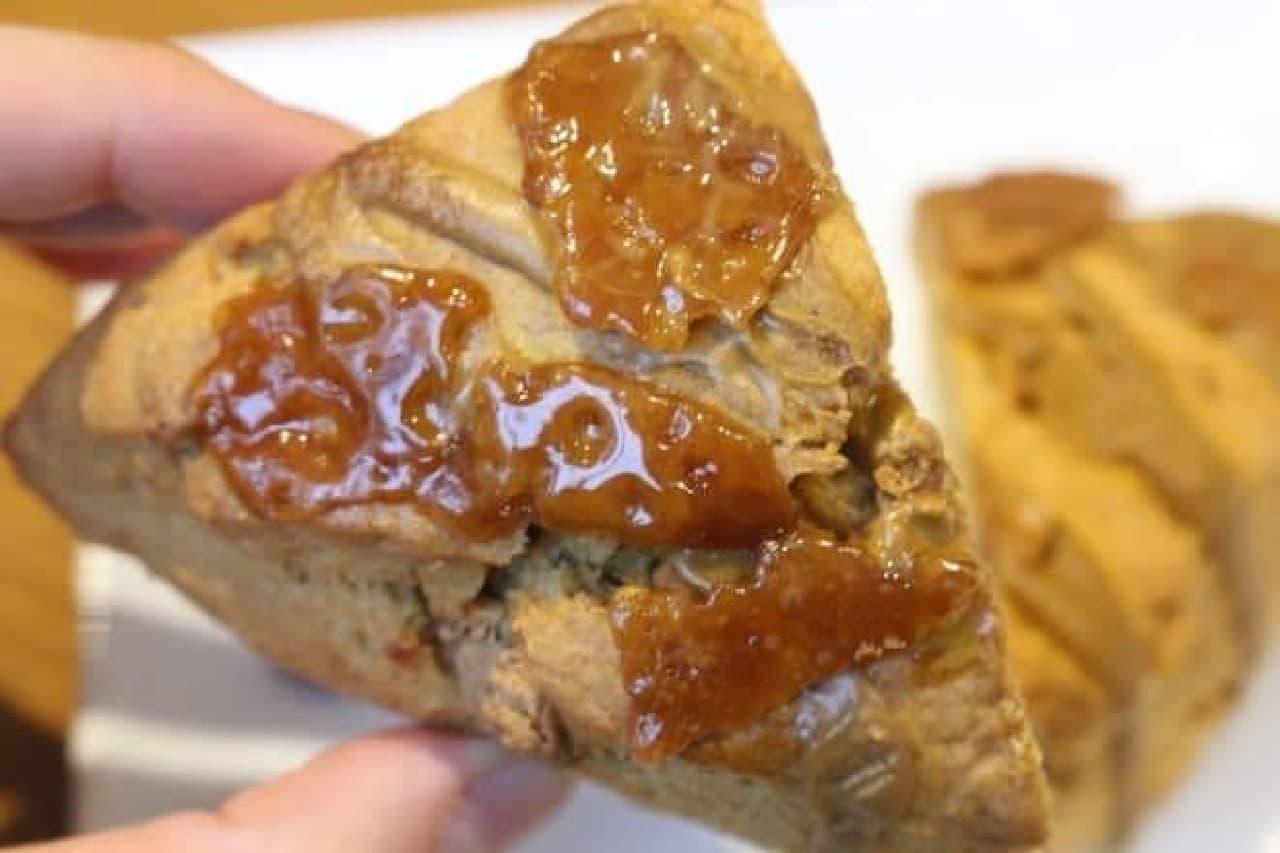「アメリカン スコーン キャラメルトフィー」は、生地にキャラメルソースやキャラメルチャンクが練りこまれたスコーン