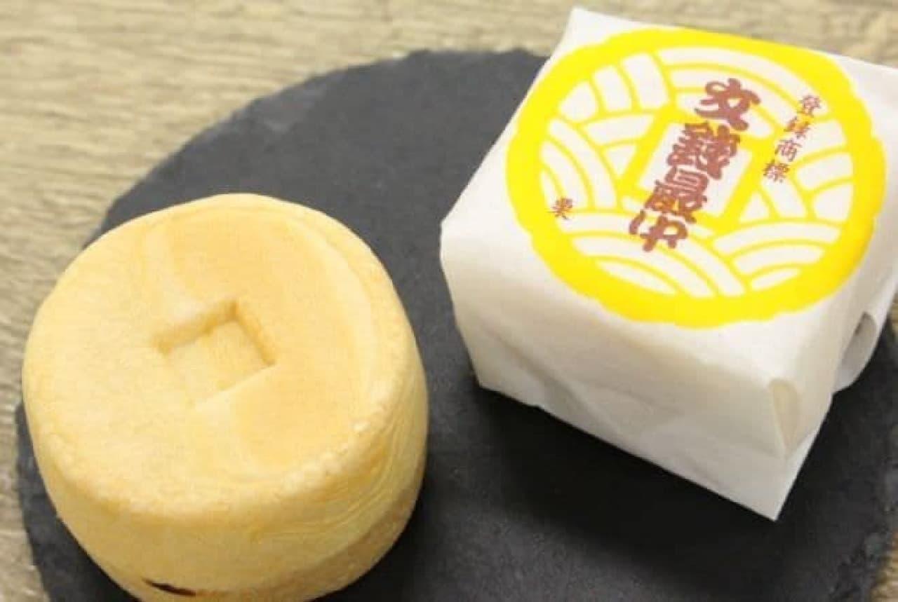 「文銭最中」は、京都の大仏を溶かして造られた通貨(文銭)をモチーフにした最中