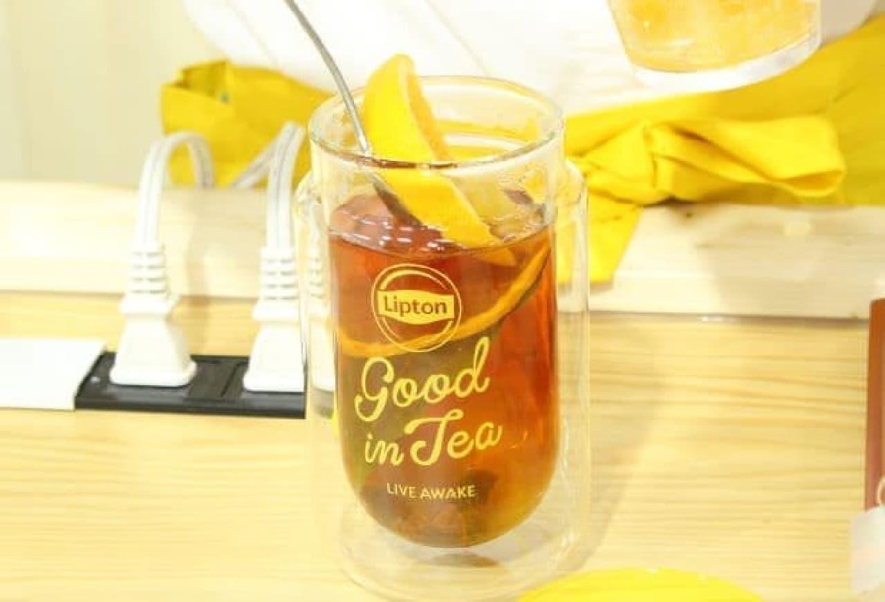 抽出された紅茶にフルーツやジャムを加える様子