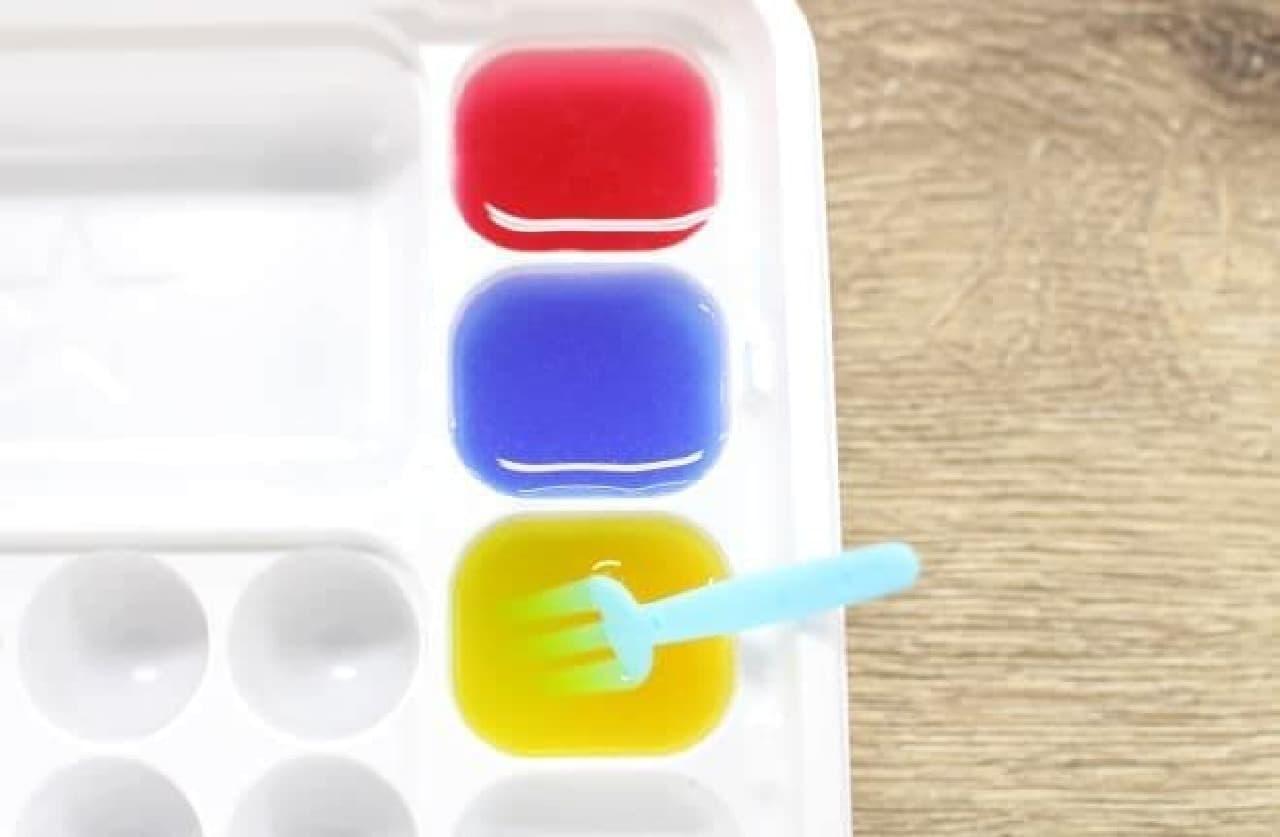 「おえかきグミランド」で色水を作る様子