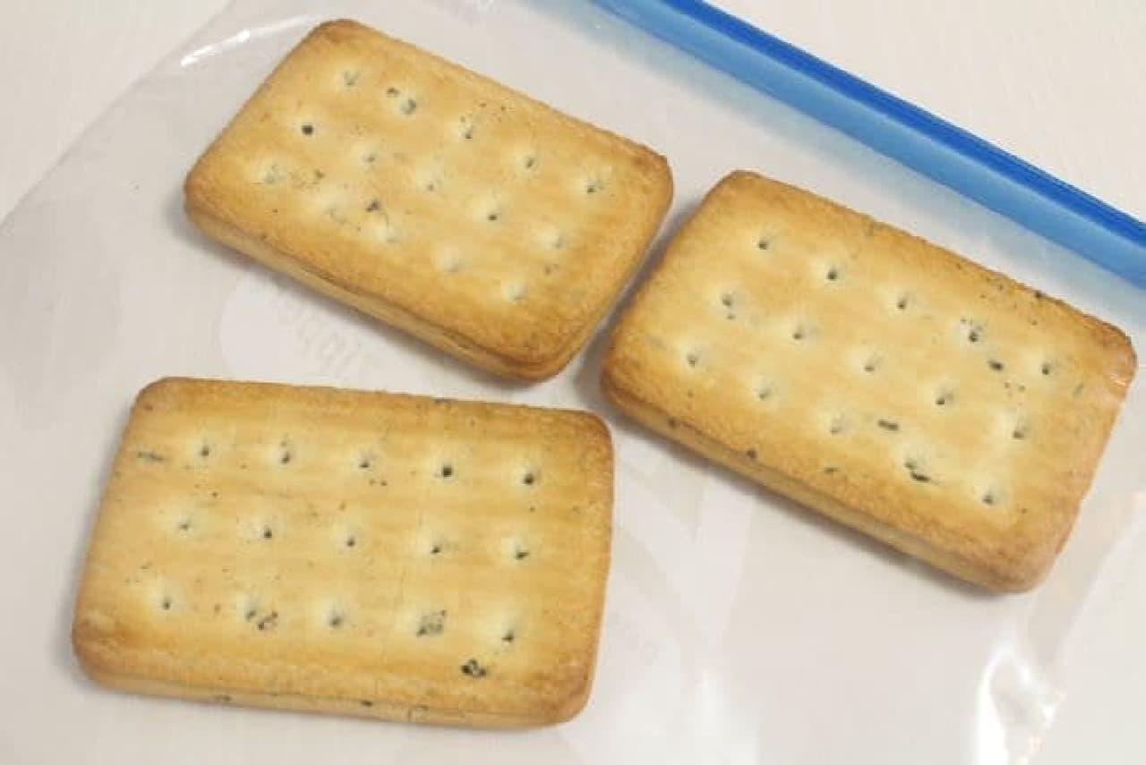 乾パンを入れたビニール袋