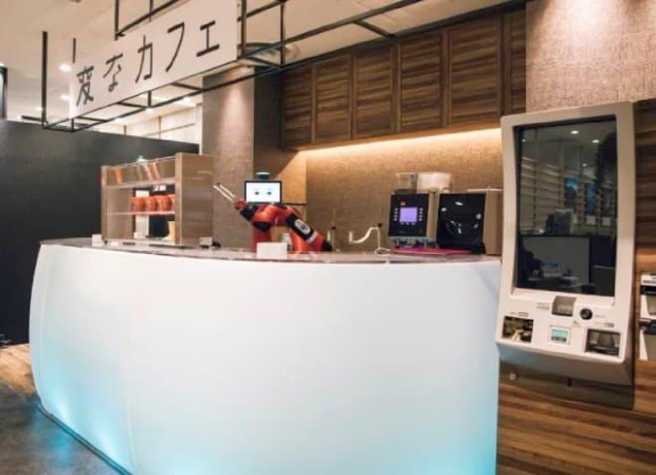 ロボットがコーヒーを提供する「変なカフェ」