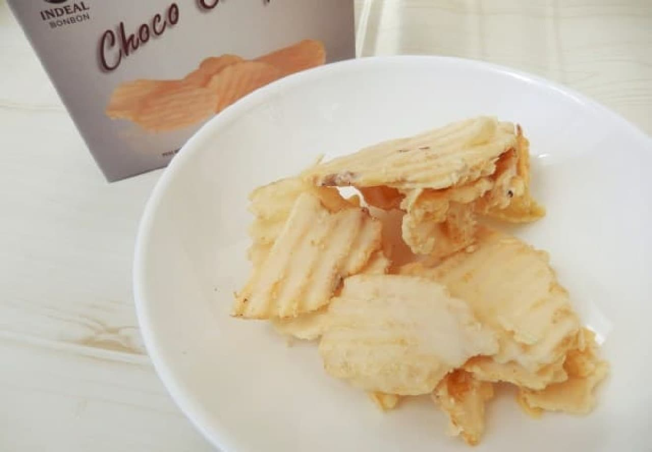 「インディアル ポテトチップス ホワイトチョコレートボックス」のホワイトチョコは甘くてミルキー