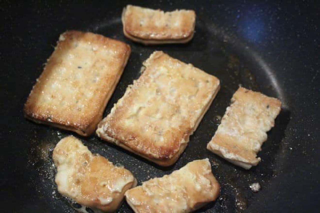 乾パンで作るフレンチトーストを焼く様子