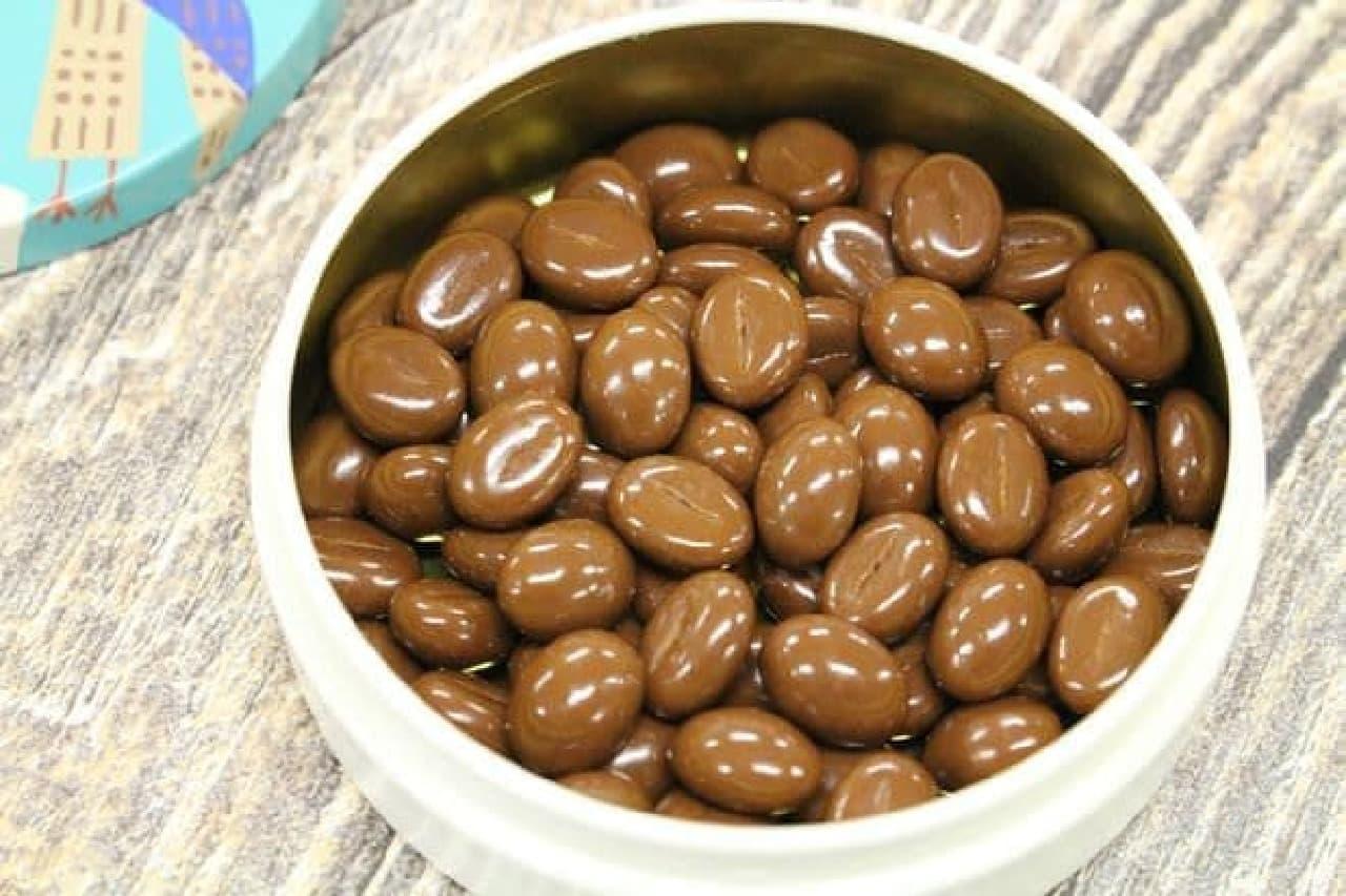 コーヒー豆が再現されたチョコが手のひらよりやや大きめの丸い缶に入れられたカフェチョコケース