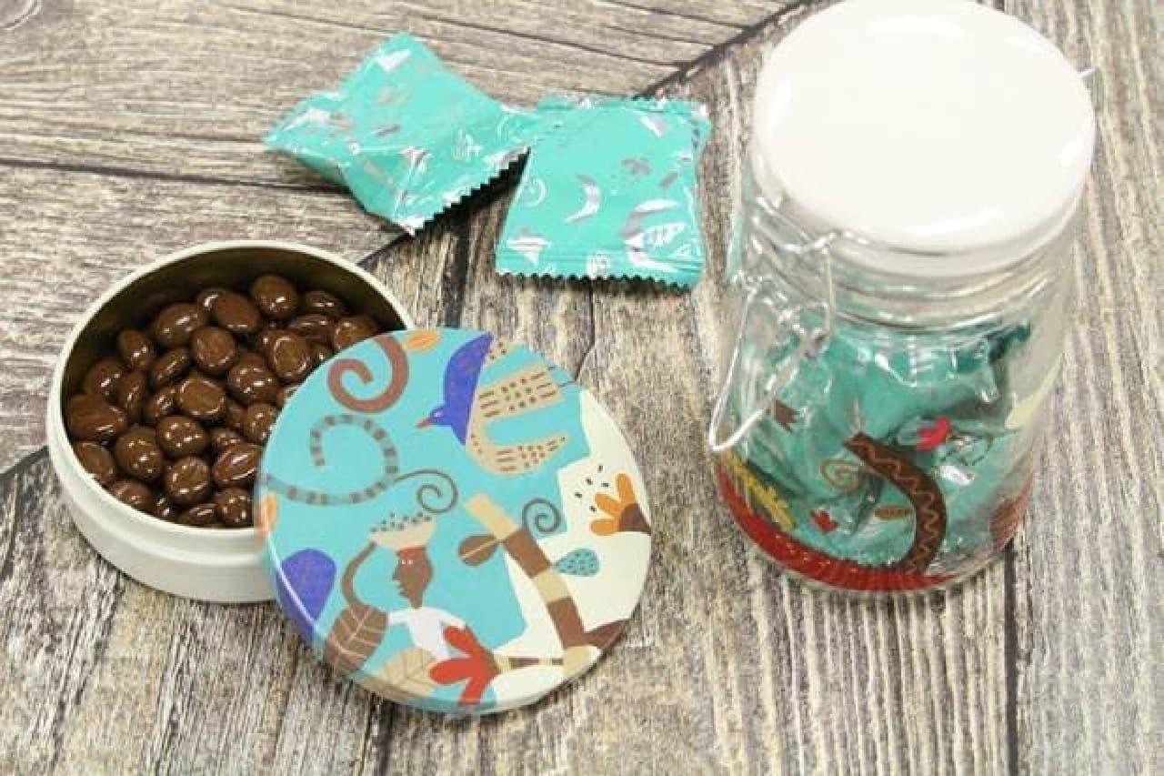 フタ付きのガラスジャーにチョコが入った「チョコレートジャー」と丸い缶にチョコが入った「カフェチョコケース」