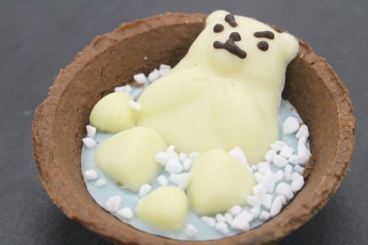 くまタルトBは、ココアフレーバーのタルト生地にソーダ風味のチョコレートホワイトチョコレートの白くまニブシュガーがまぶされた一品