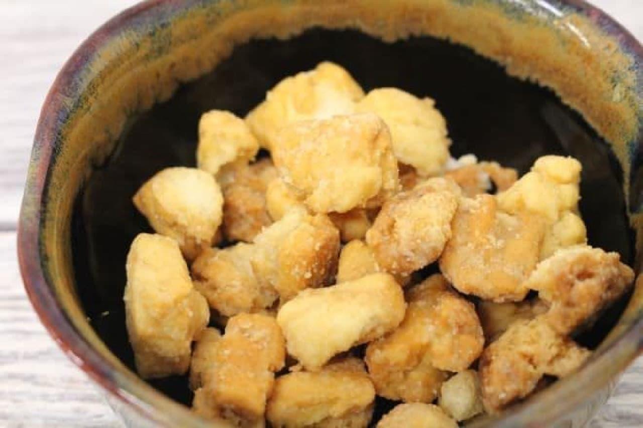 「いぶりがっこオカキ」は、秋田の伝統的な漬物「いぶりがっこ」味のおかき