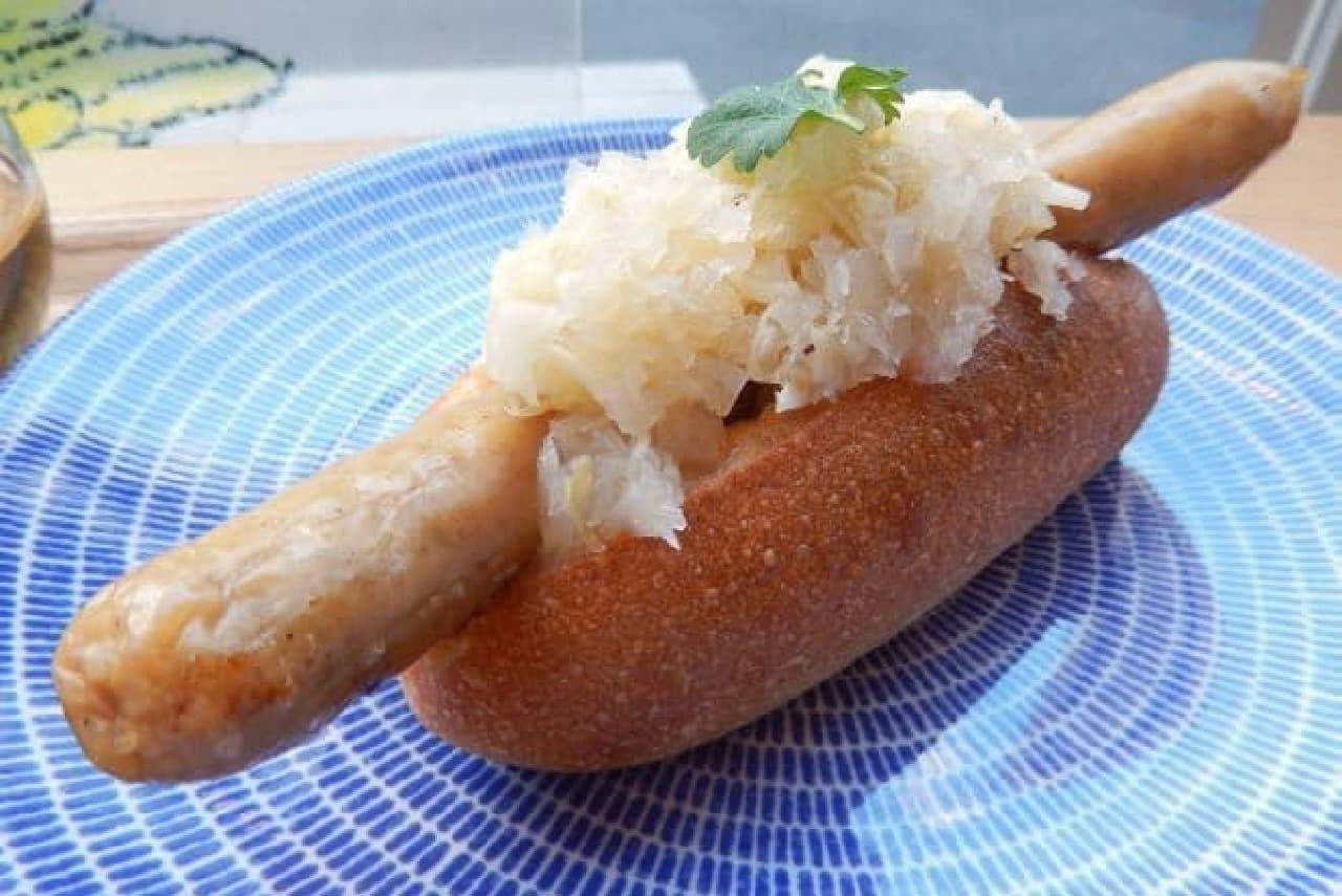 東京・原宿のカフェ「ヨダか」の「はみだしホットドッグ」