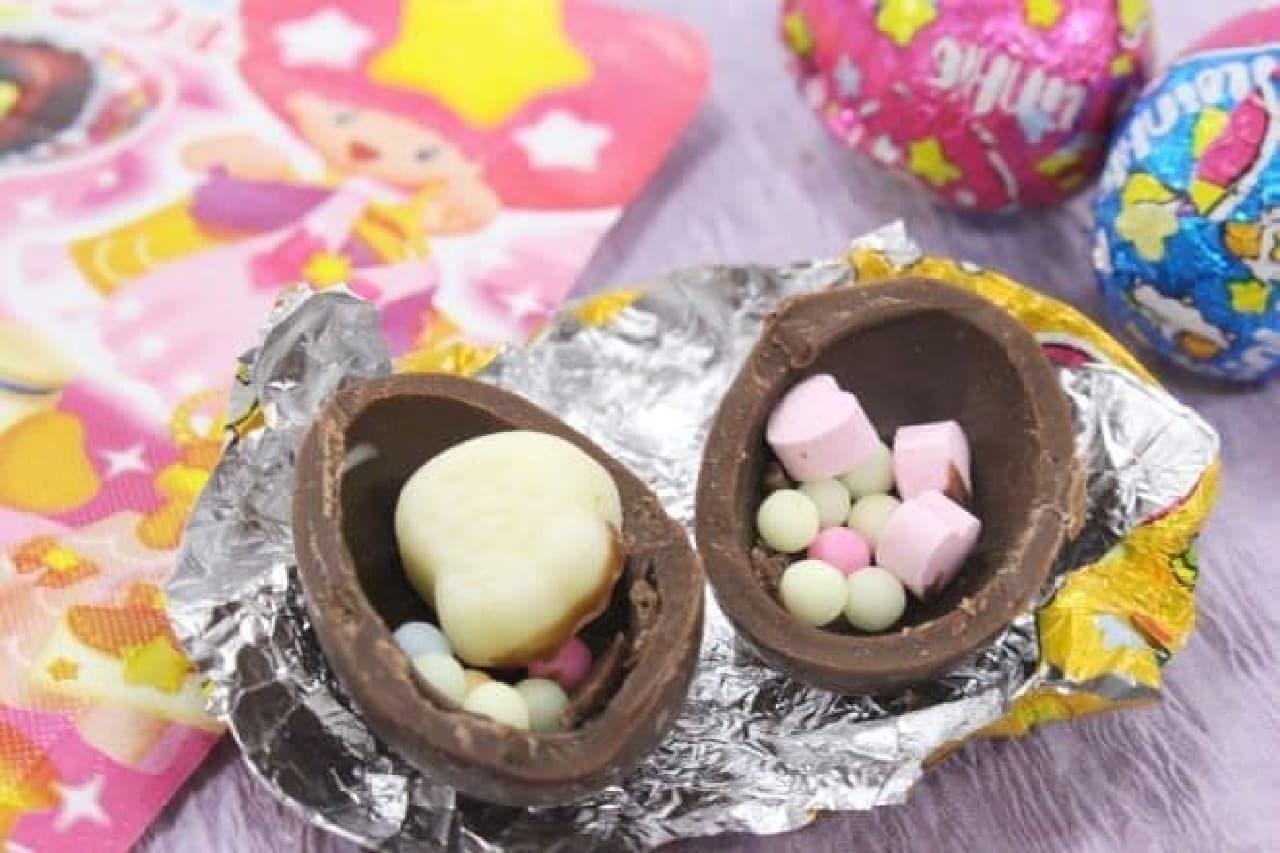 「ツインクル」は、ミルクチョコレートのチョコボールに5種類のお菓子とカラフルなミンツが入れられたチョコ菓子