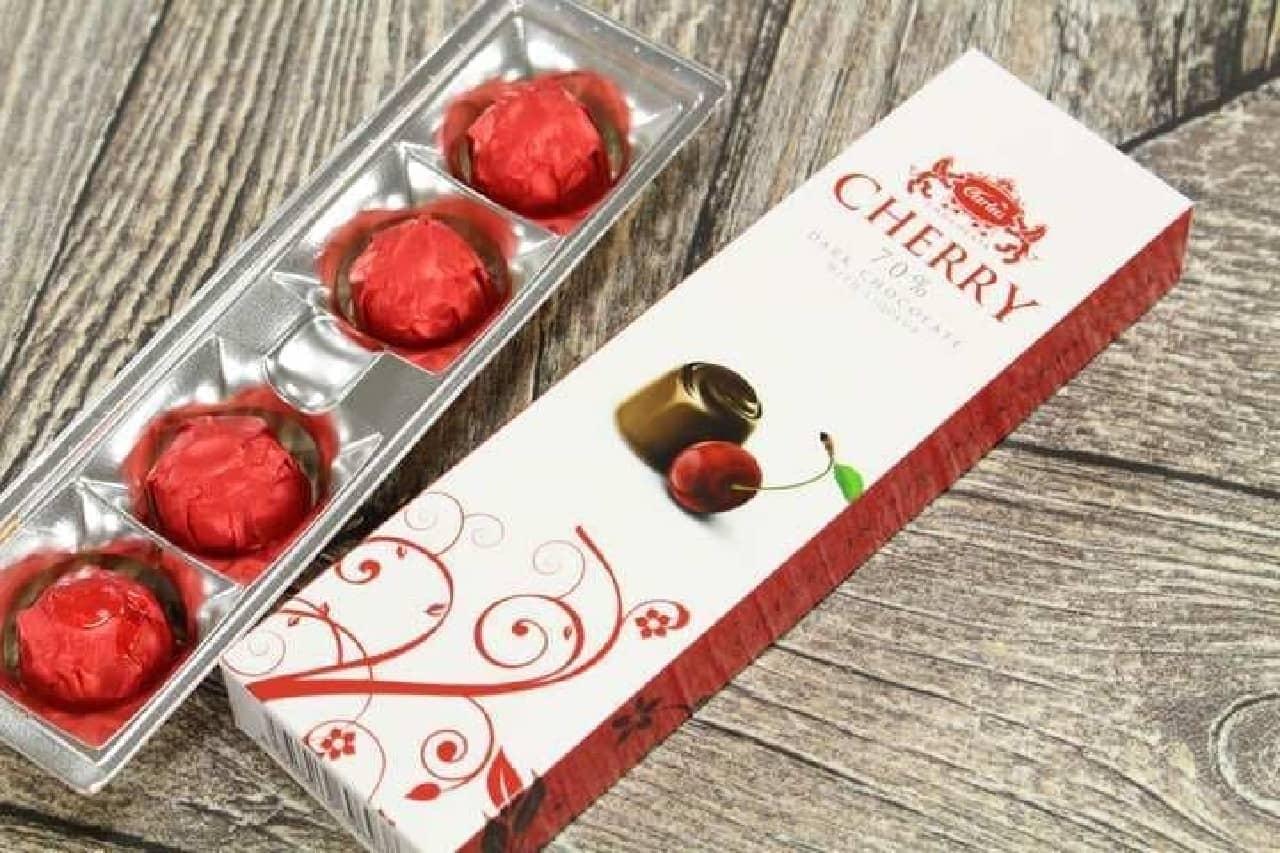 「チェリーリキュールチョコレート」はリキュールに浸した小粒のチェリーを、リキュールごとカカオ分70%のダークチョコで包んだショコラ