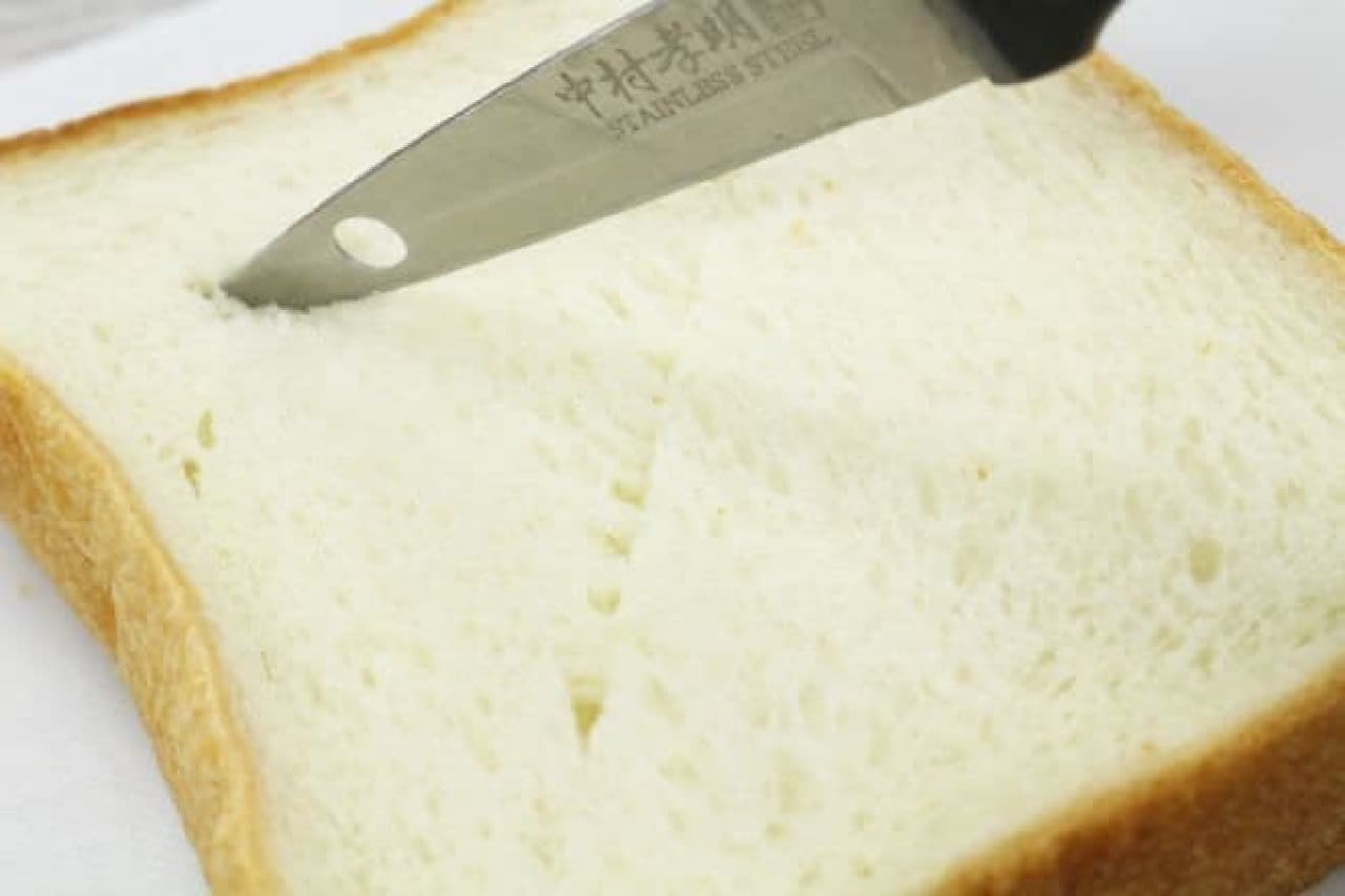 食パンにナイフでバツ印の切れ込みを入れる
