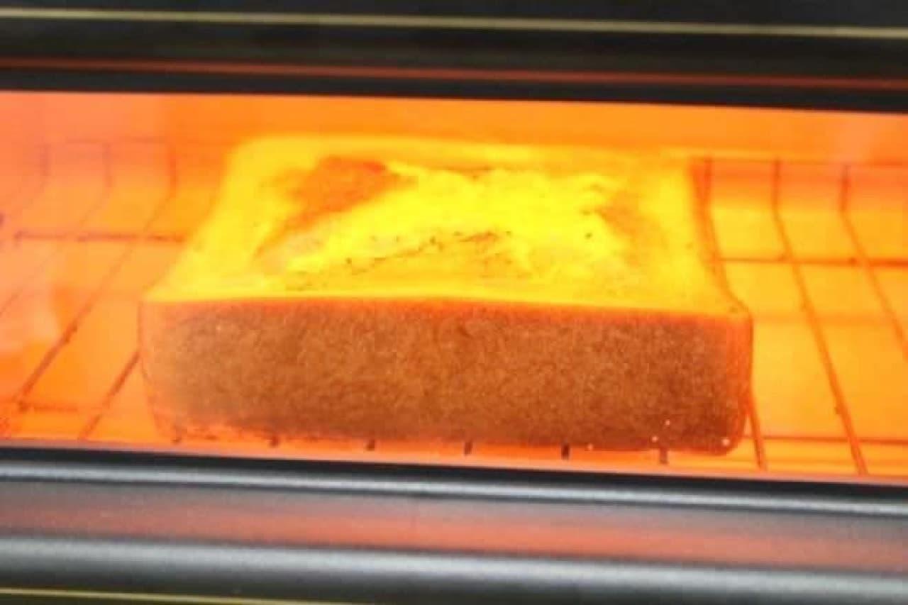 トースターでチーズフォンデュトーストを焼く様子
