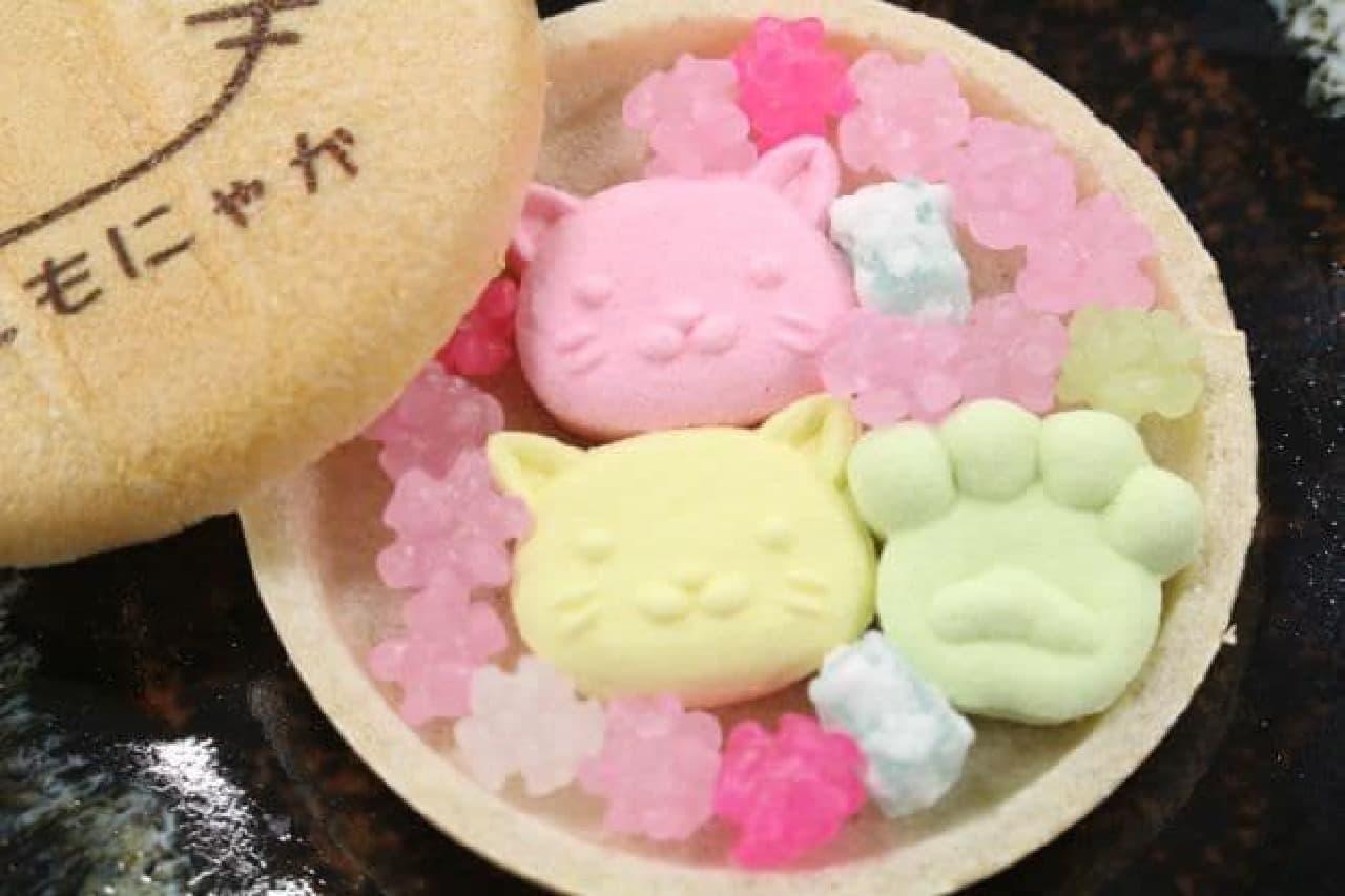 「ねこもにゃか」は、猫モチーフのお菓子が詰められたセット