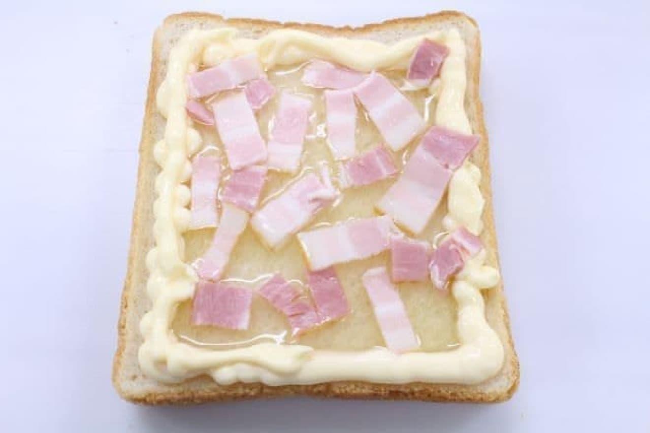卵白を流し込み、ベーコンをトッピングした食パン