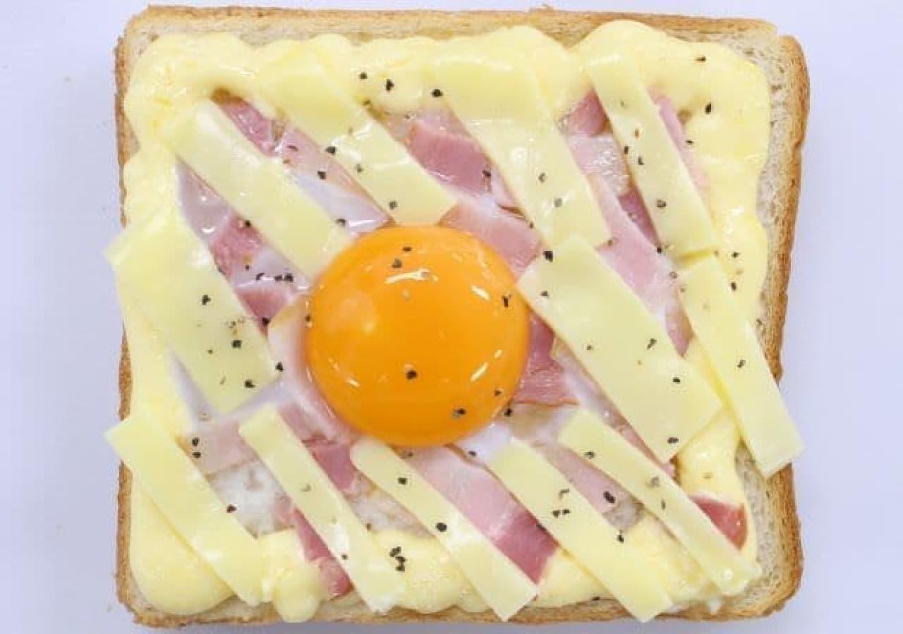卵黄、チーズ、胡椒をトッピングしたもの