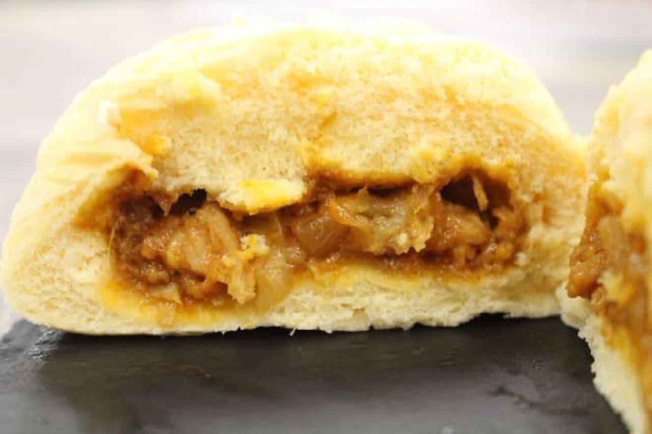「うま辛チーズタッカルビまん」は、もっちり食感の生地で甘辛くスパイシーなタッカルビとまろやかなチーズを包んだ中華まん