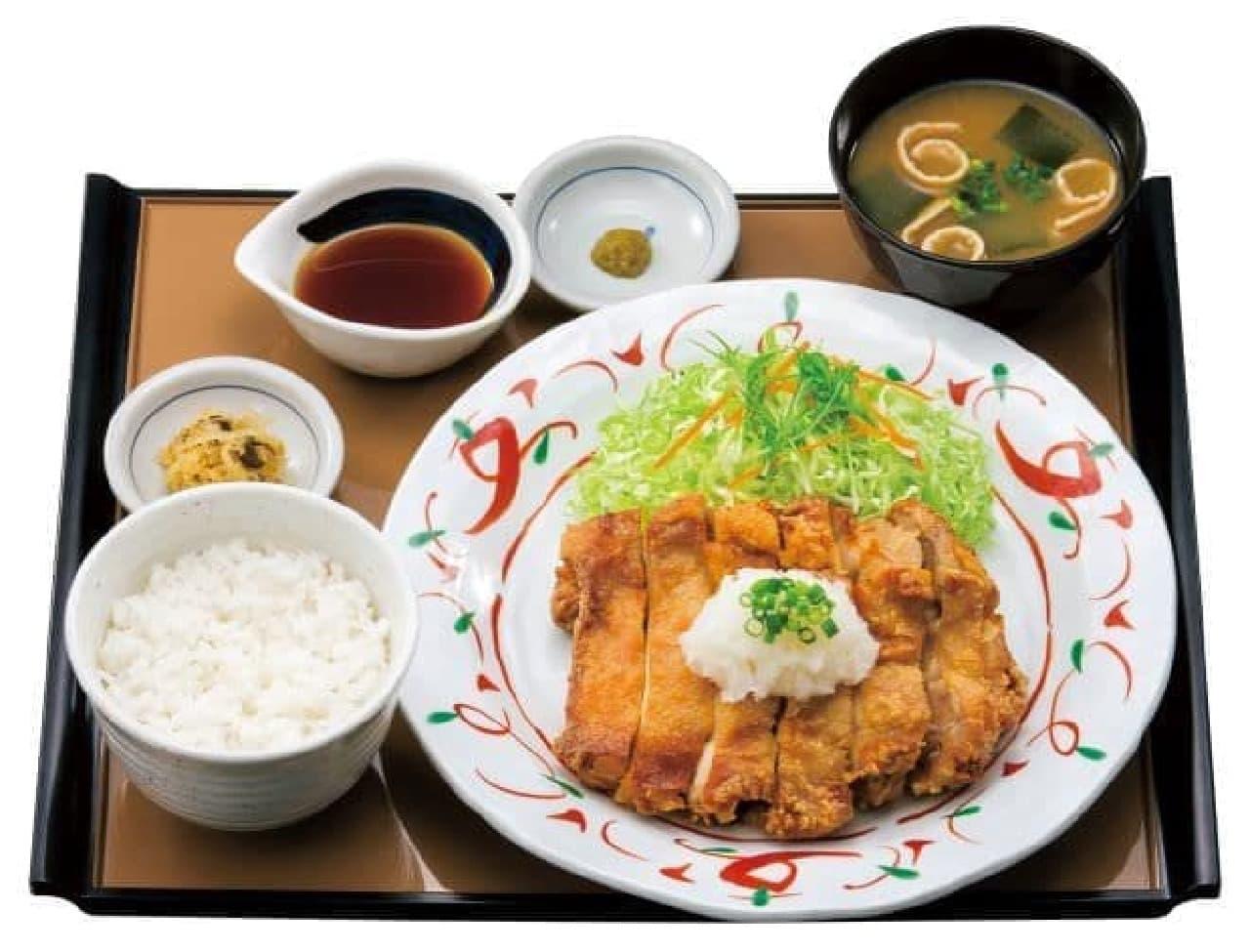 「鶏もも一枚揚げ定食」は、揚げられた鶏ももの一枚肉が楽しめる定食
