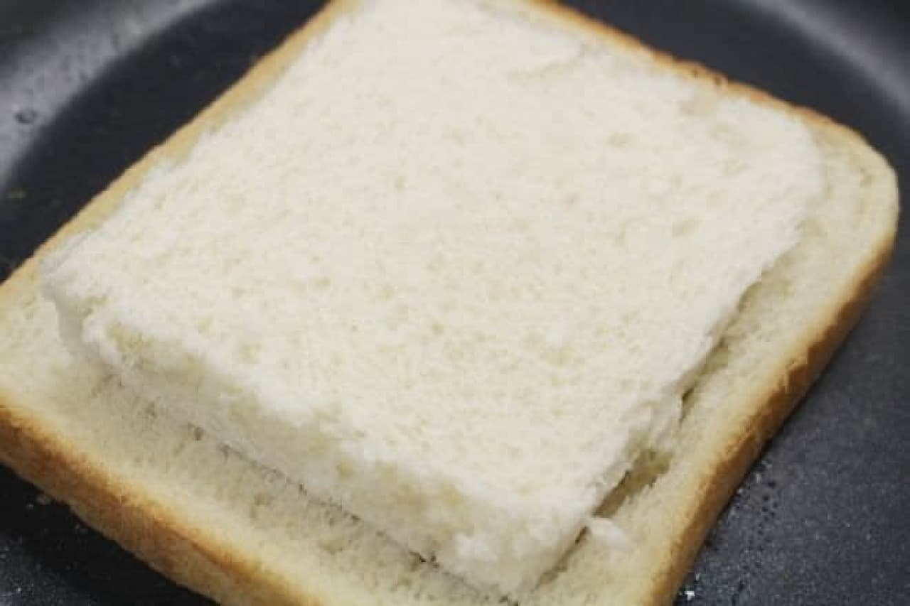 くり抜いたパンを上にのせる