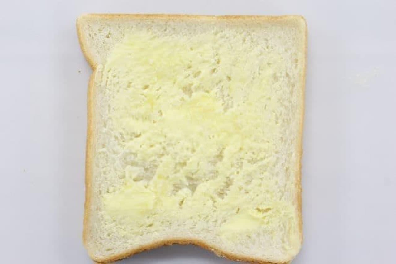 食パンにバター、もしくはマーガリンを塗る
