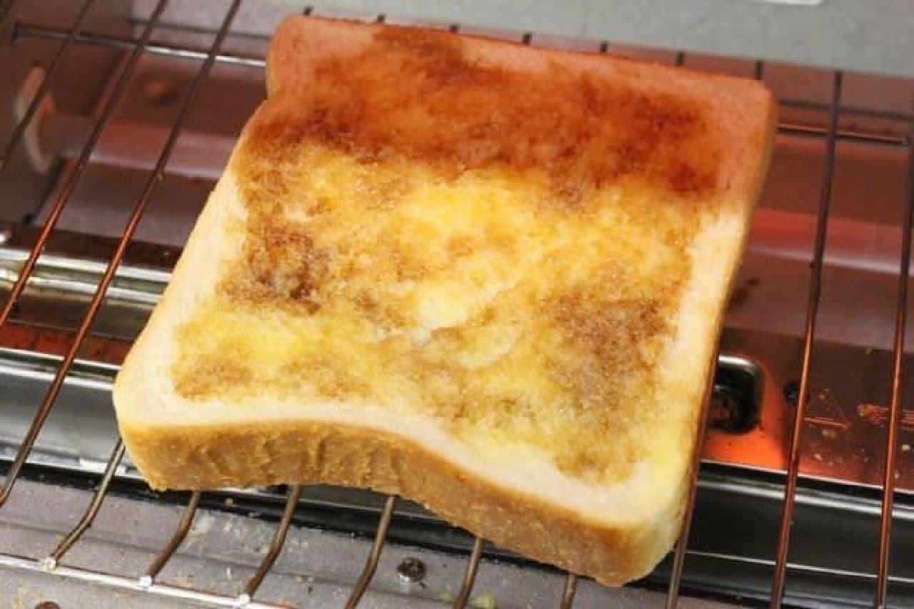 砂糖醤油を塗ったパンをトースターで焼く