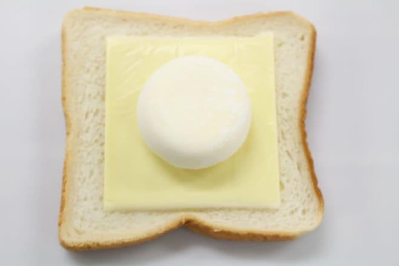 とけるチーズと雪見だいふくをのせた食パン