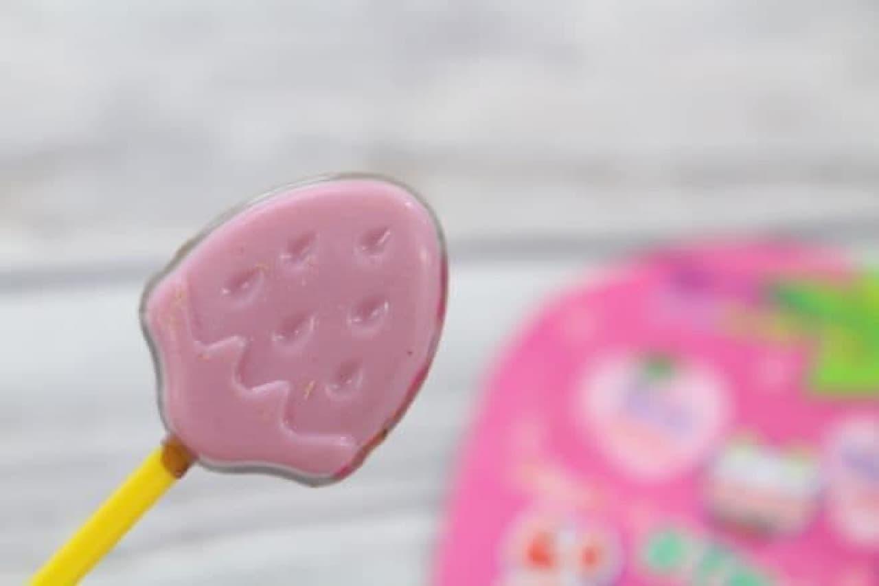 「いちごつみ」は、苺の形の棒つきチョコレート