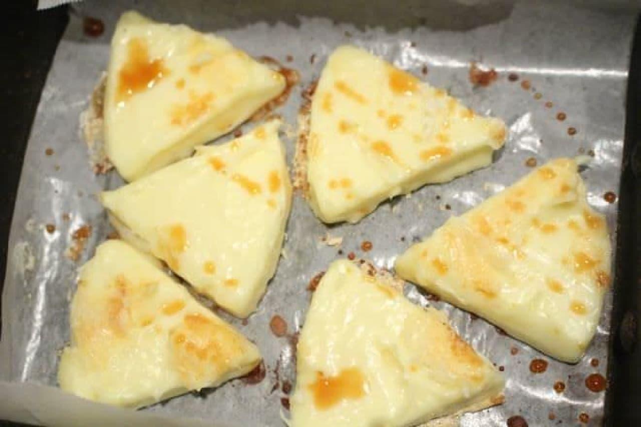 焼いた6pチーズに醤油をかける様子