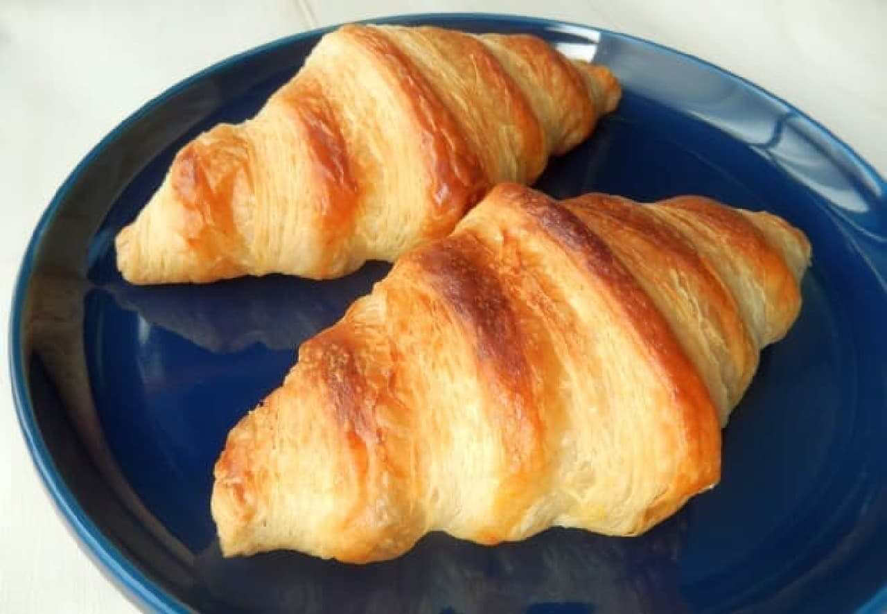フランス産の発酵バターを使って作られたクロワッサンの生地を冷凍した「パナビ クロワッサン」