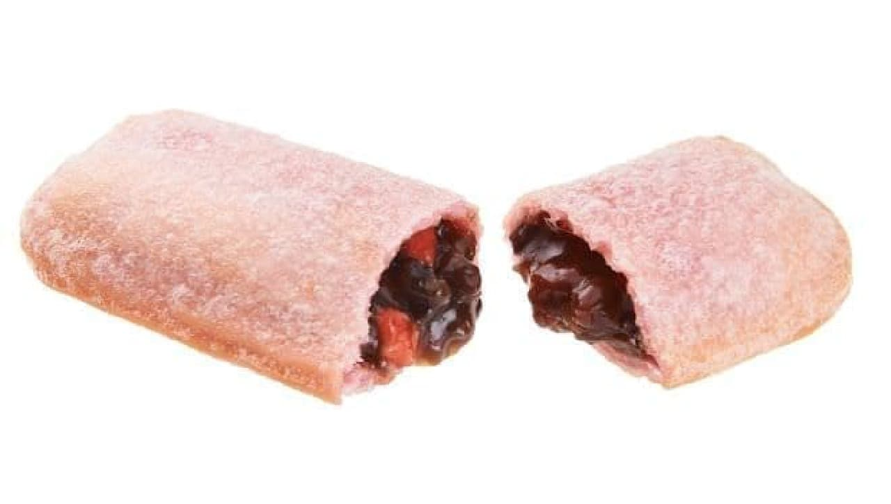 「もちもちいちごあんパイ」は、北海道産あずきと「いちごソース」をさくら色の生地で包んで焼き上げたパイ