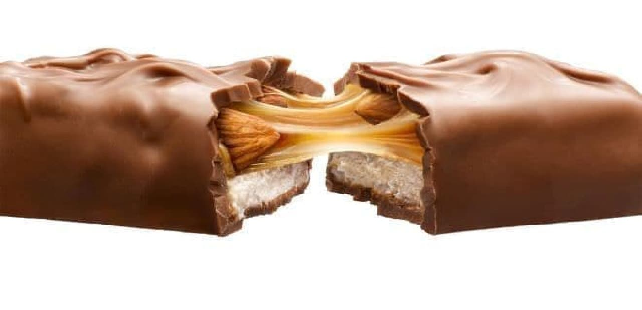 「スニッカーズ アーモンドシングル」は、キャラメルとヌガーにアーモンドを加え、チョコレートコーティングしたチョコレートバー