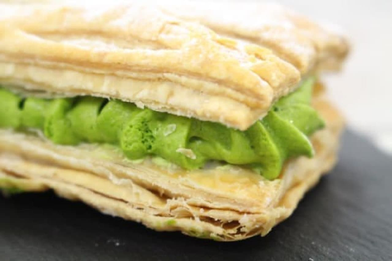 「宇治抹茶クリームパイ」は、パイで宇治抹茶クリームを挟んだ和洋折衷スイーツ