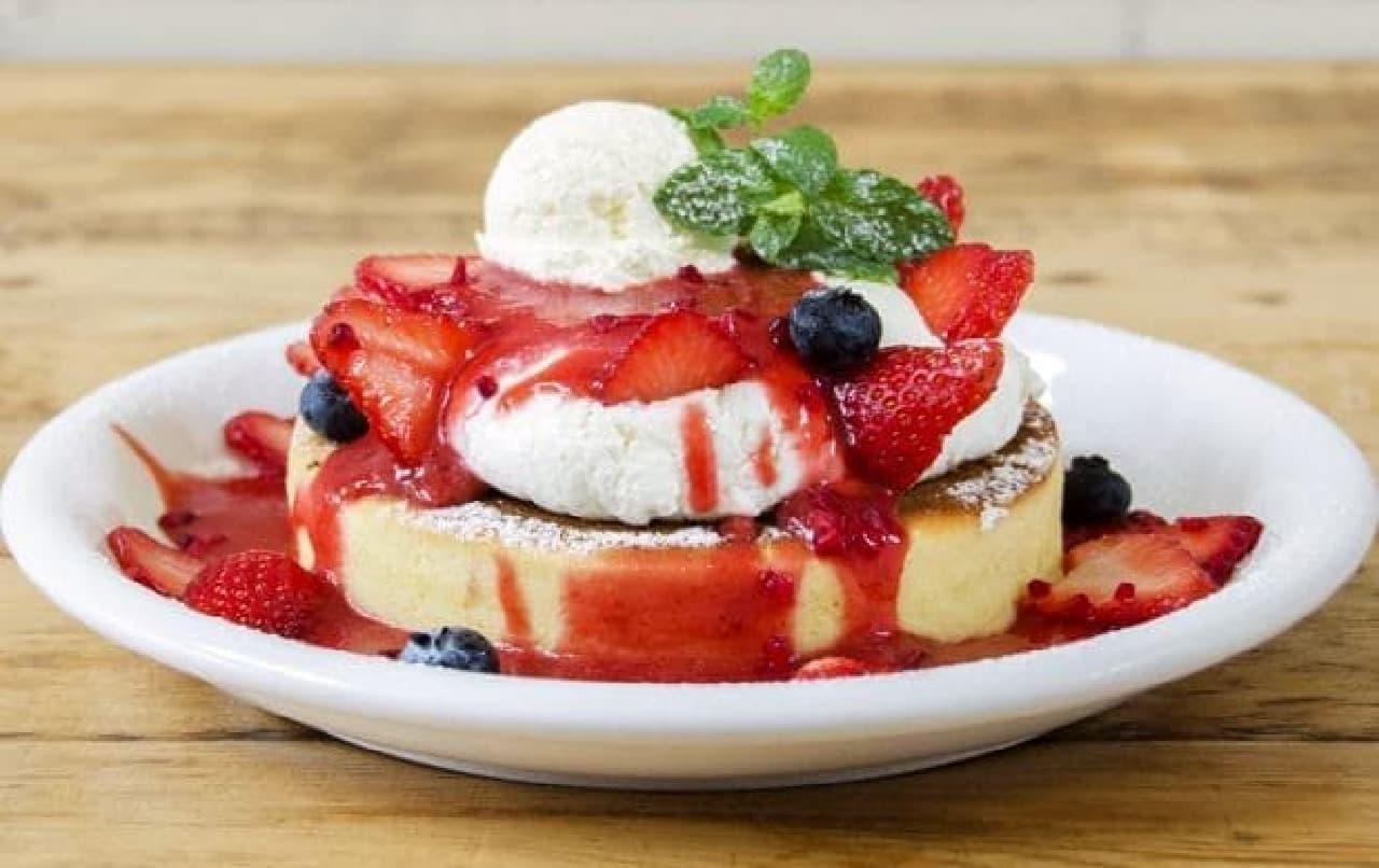 カフェ アクイーユ「~天使のクリーム~いちごのレアチーズパンケーキ」