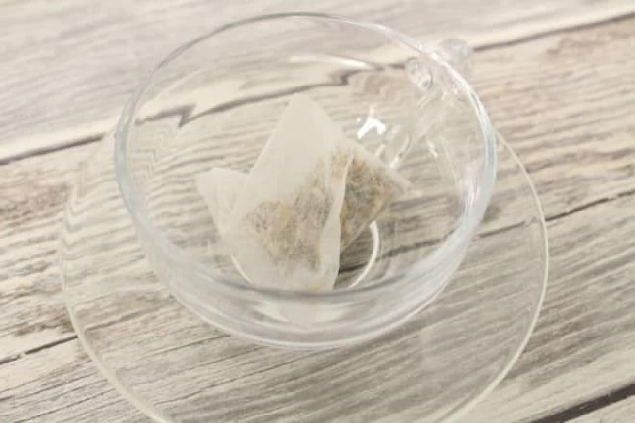「ガーデンティー レモングラスバタフライピー」はレモングラスに乾燥させたバタフライピーの花が加えられたハーブティー