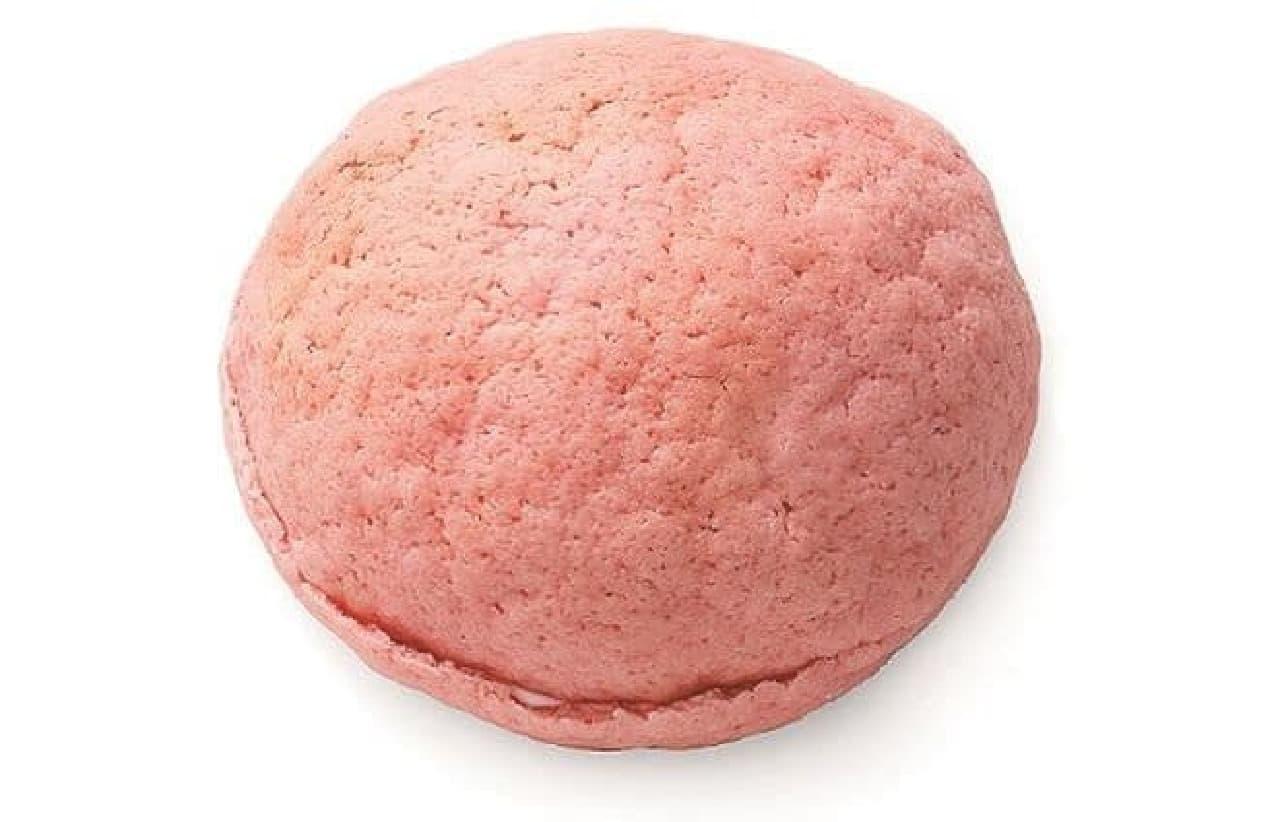 いちごクリームパンはいちごのビスケットをのせて焼きあげられたいちご生地にいちごクリームがサンドされた菓子パン