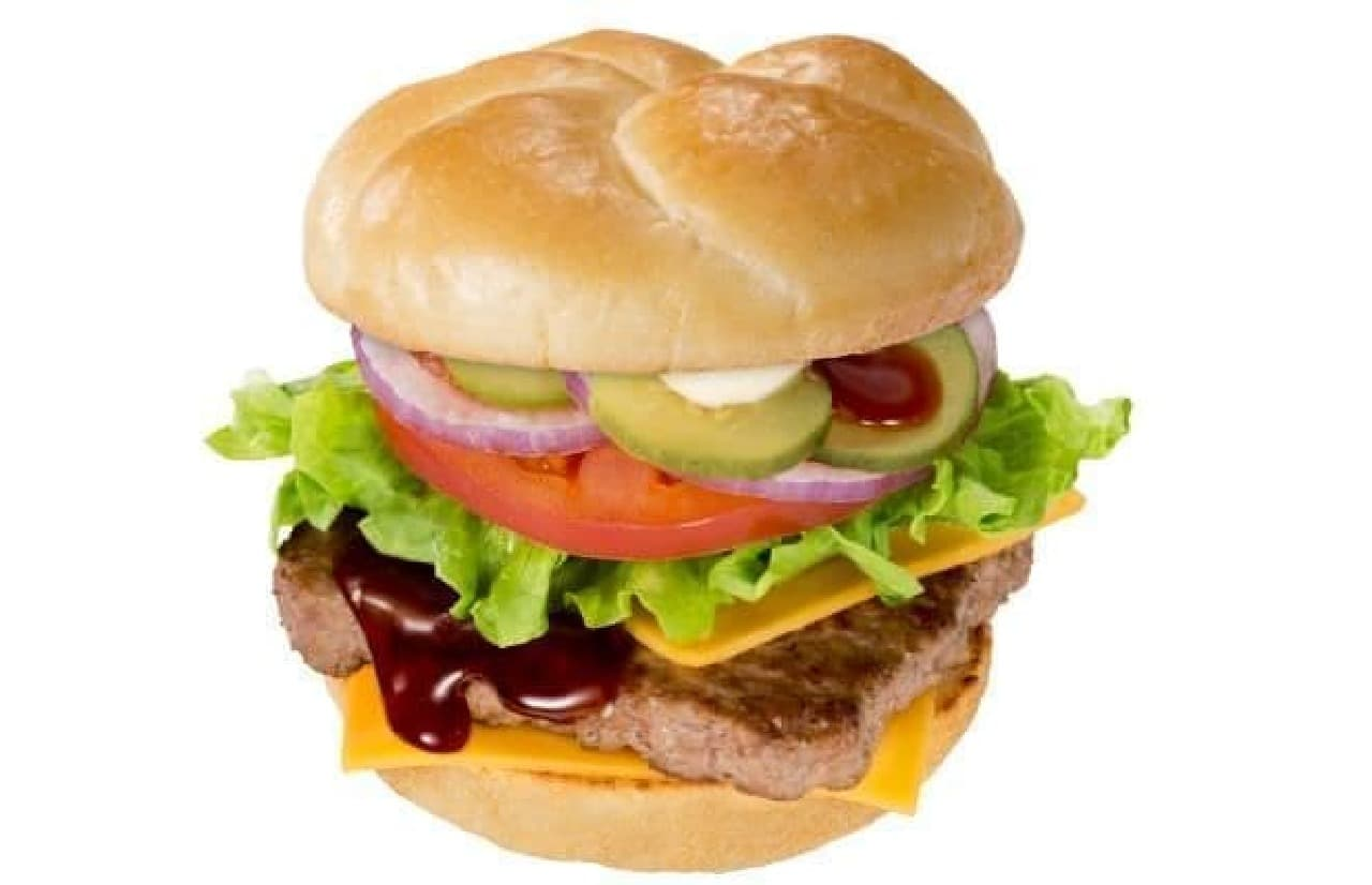 チーズてりやきウェンディーズバーガーは100%ビーフパティにたっぷりの野菜、チーズ、てりやきソースが合わせられたバーガー