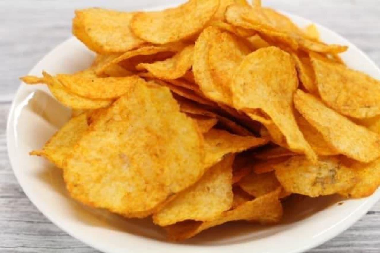 「ハリッサ ポテトチップス」は、モロッコや地中海うまれの万能調味料「ハリッサ」がイメージされたポテトチップス