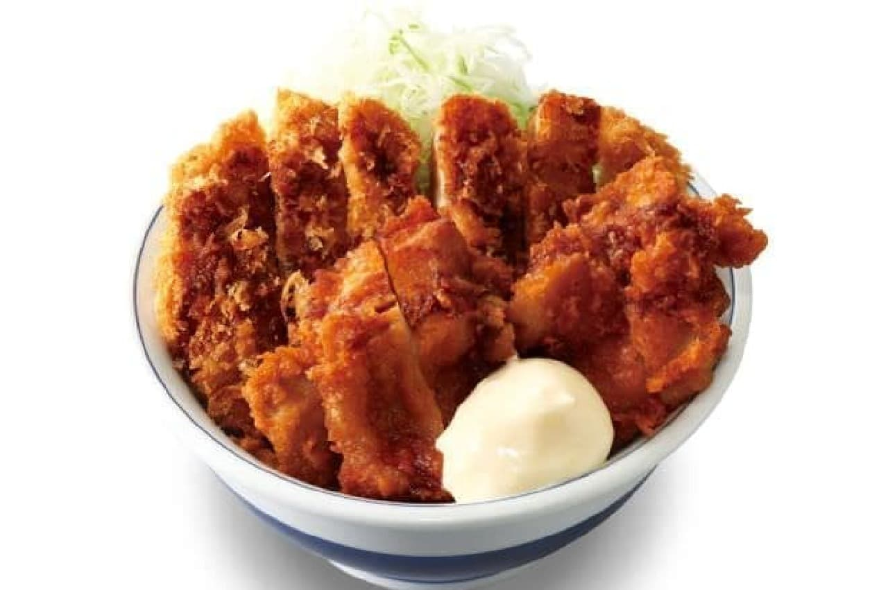 「チキンカツとから揚げの合い盛り丼」は、「かつや」特製のチキンカツと自慢のから揚げが組み合わされたメニュー