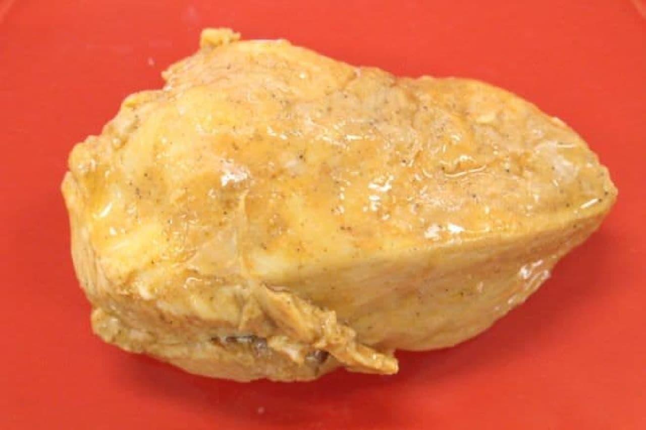 スパイシーBBQ風味 国産鶏サラダチキンは、しっとりと蒸し上げた鶏むね肉を醤油と胡椒ベースのスパイシーなBBQ味に仕上げたもの