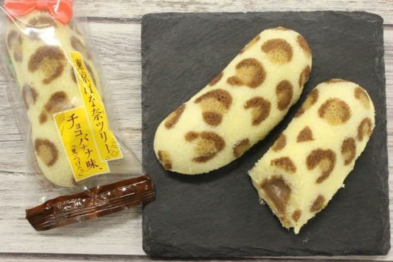 「東京ばな奈ツリー チョコバナナ味」は、ひょう柄に焼きあげられたスポンジケーキでチョコバナナカスタードクリームが包まれたお菓子